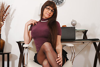 Shapely cougar Alexandra Silk gets off at Anilos with a vibrator
