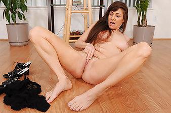 Stunning cougar Alexandra Silk fingers her sweet milf pussy